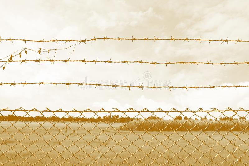 Le barbelé emprisonnent, centre de détention, incarcèrent, centre de détentions de barbelé à la campagne et style de couleur de s photos stock