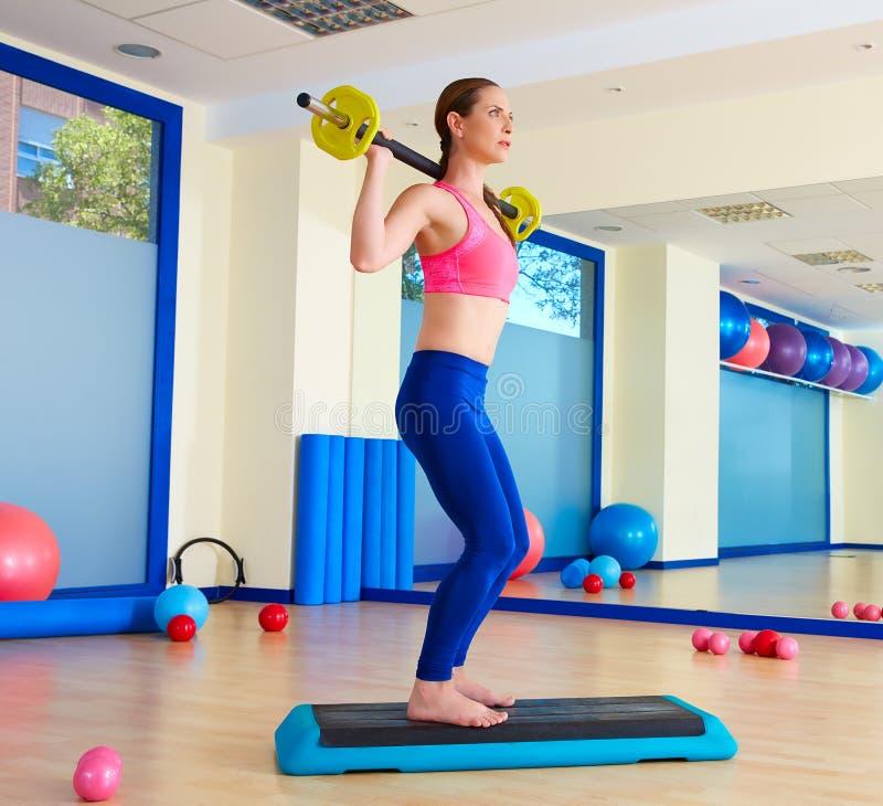 Le barbell de femme de gymnase s'accroupit la séance d'entraînement d'exercice photos libres de droits