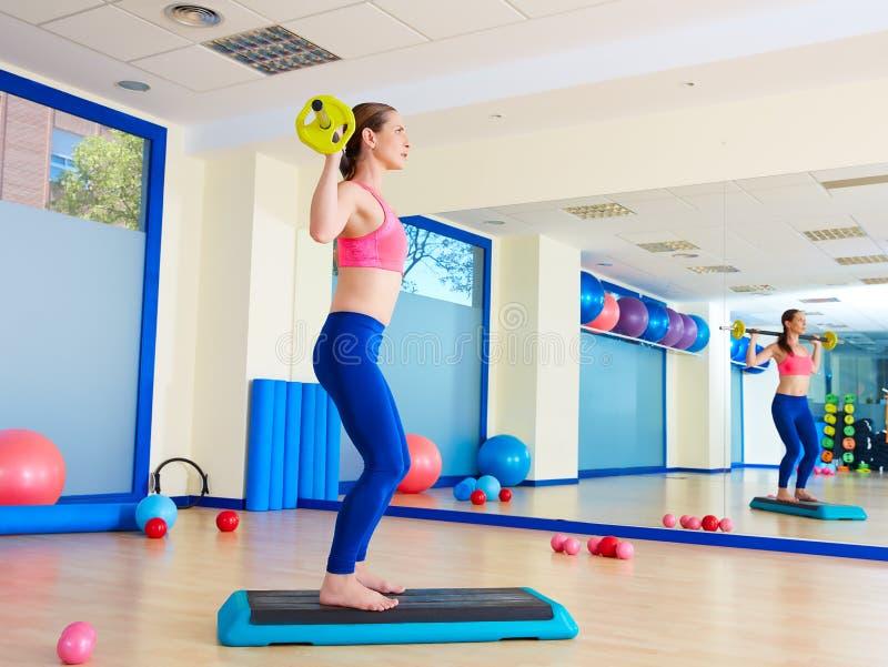 Le barbell de femme de gymnase s'accroupit la séance d'entraînement d'exercice photos stock