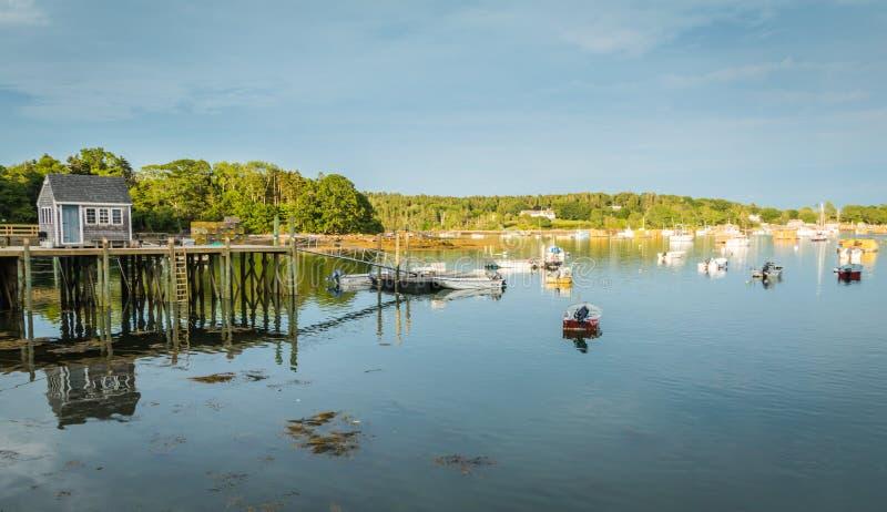 Le barche dell'aragosta sono attraccate nel porto al crepuscolo io fotografia stock