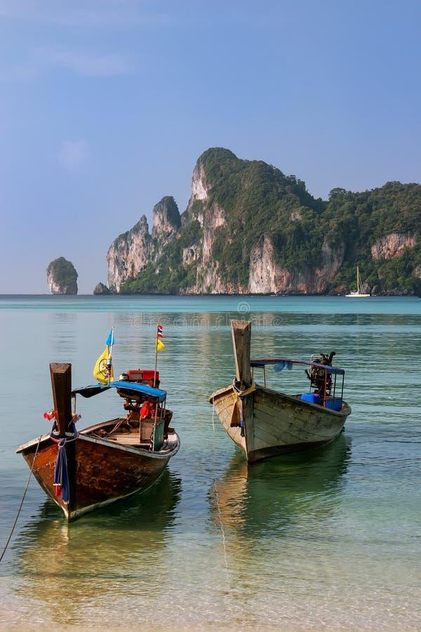 Le barche di Longtail ancorate al Ao Loh Dalum tirano su Phi Phi Don Island, la provincia di Krabi, Tailandia immagine stock libera da diritti