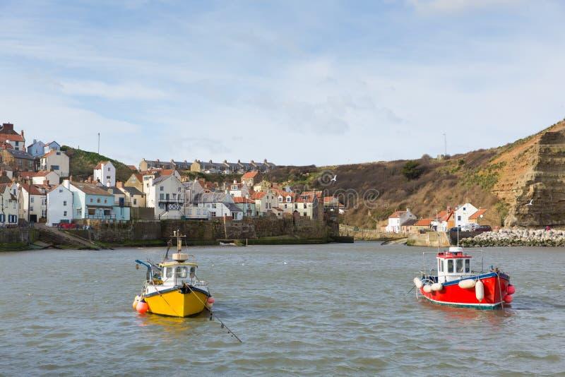 Le barche di Staithes il Yorkshire nel porto costeggiano il villaggio fotografia stock