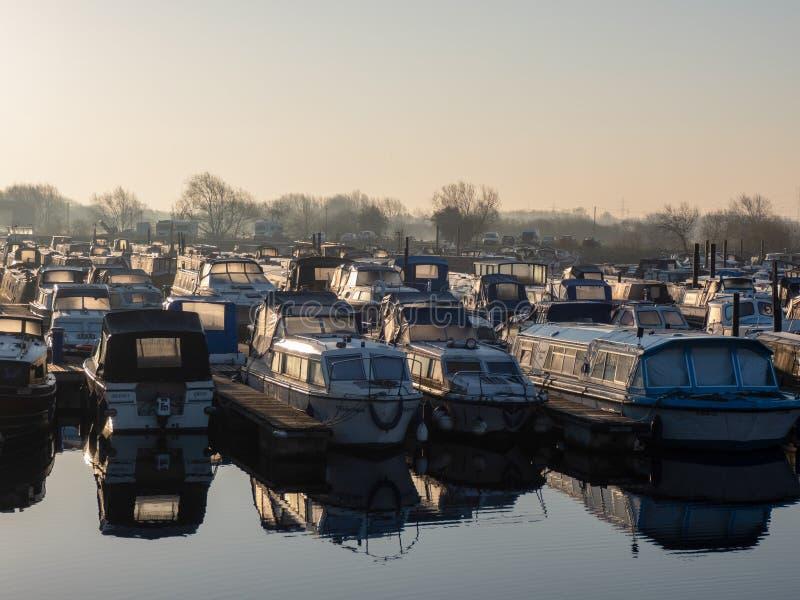 Le barche e le chiatte hanno attraccato su nel primo mattino fotografia stock libera da diritti