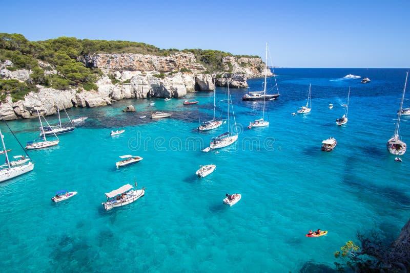 Le barche e gli yacht su Macarella tirano, Menorca, Spagna fotografia stock libera da diritti