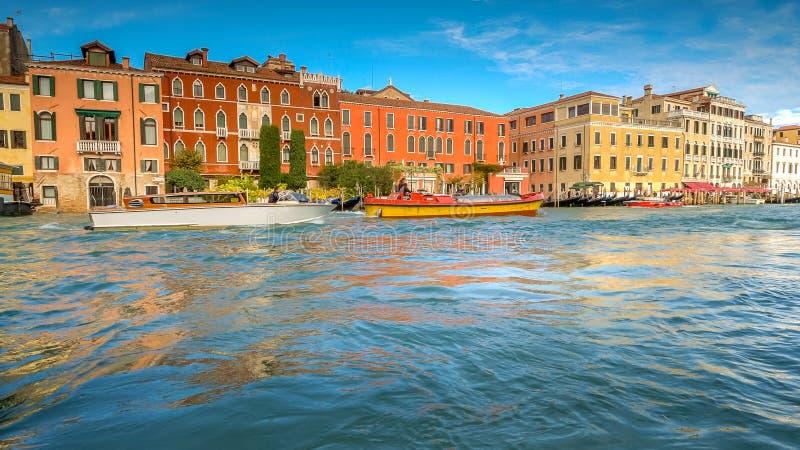 Le barche e l'architettura su Grand Canal, Venezia, Italia, fronti hanno offuscato fotografia stock libera da diritti
