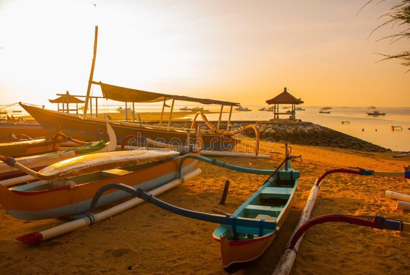 Le barche ed il padiglione tradizionali di balinese in Sanur tirano di mattina all'alba, Bali, Indonesia fotografia stock libera da diritti