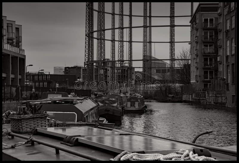 Le barche hanno attraccato sul canale reggente Londra del ` s fotografia stock