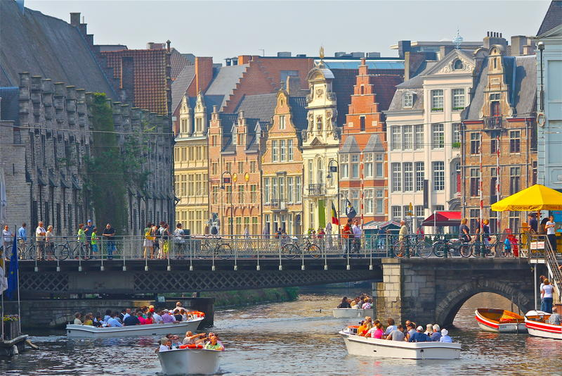 Le barche hanno riempito di fiume incrociato di Gand dei turisti fotografia stock libera da diritti
