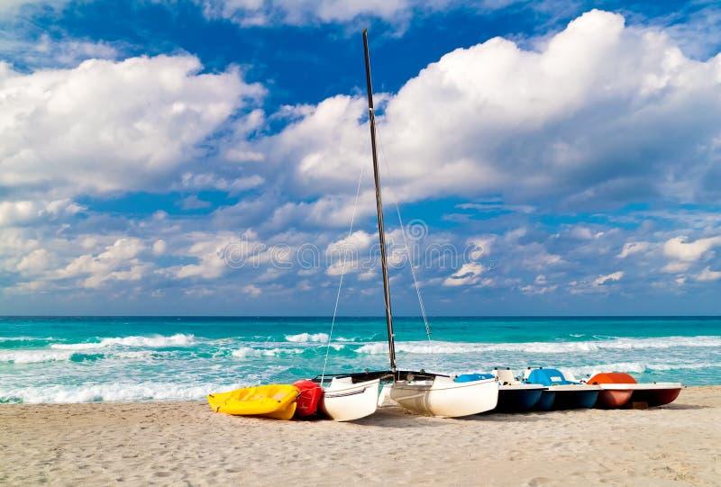 Le barche, i kajak e le attrezzature nautiche su un cubano sono immagini stock libere da diritti