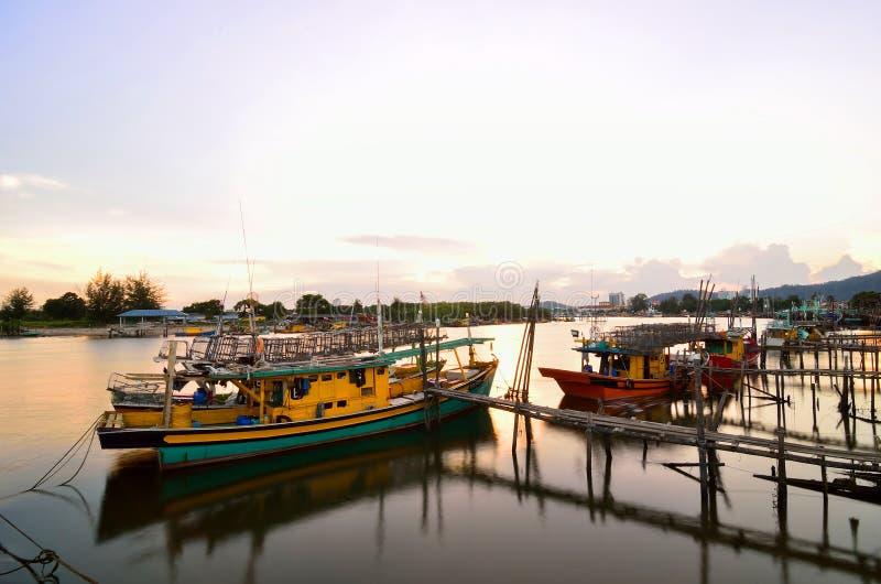 Le barche parcheggiano al lungomare Tanjung api, Kuantan, Pahang, Malesia fotografia stock libera da diritti