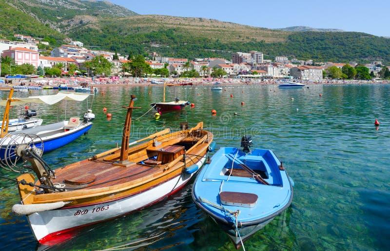 Le barche si avvicinano al lungomare della stazione turistica di Petrovac na Mlavi, Montenegro fotografia stock libera da diritti