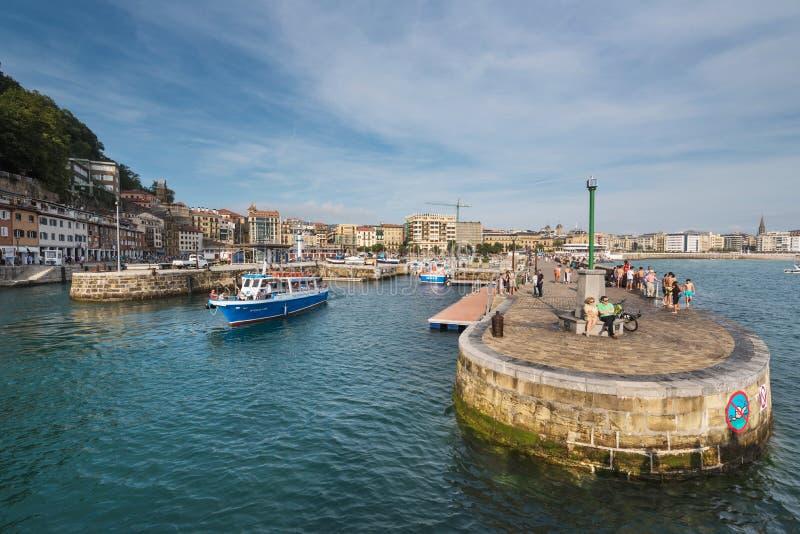 Le barche si sono messe in bacino in porticciolo del porto di San Sebastian, paese basco, Spagna fotografia stock libera da diritti