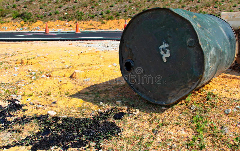 Le baril de macadam s'est renversé sur le côté de route photos stock