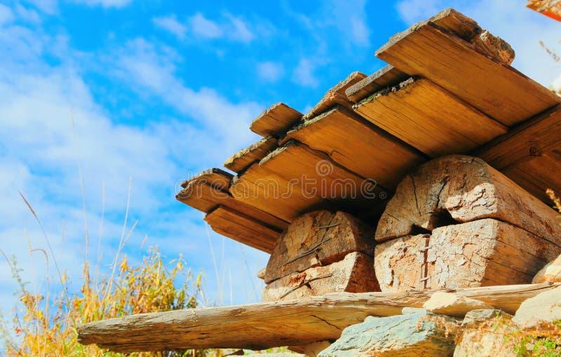 Le baril le plus primitif du seau de miel sous le ciel bleu photo libre de droits