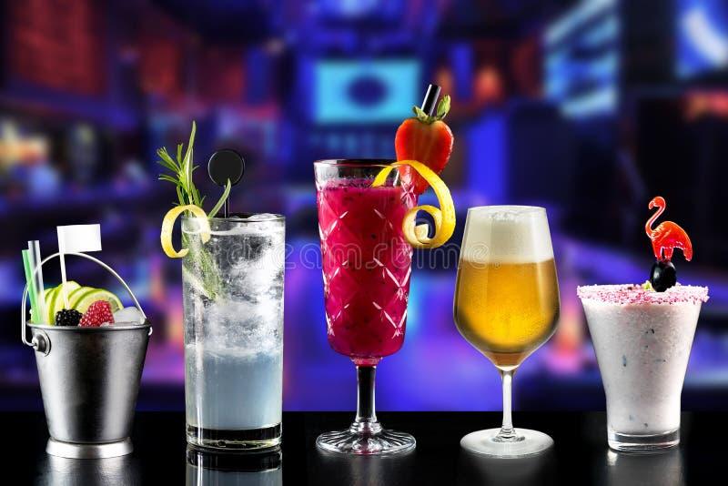 Le barman à la mode d'hôtel de sélection de barre d'alcool de cocktails garnissent image libre de droits