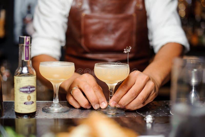 Le barman décore des verres de vin en cristal de fil avec les cocktails alcooliques image stock