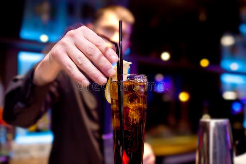 Le barman décore la tranche de verre de citron de boisson pétillante image libre de droits