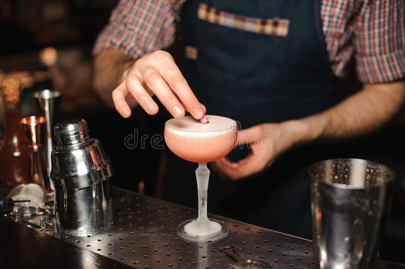 Le barman décore le cocktail aucun visage photo stock