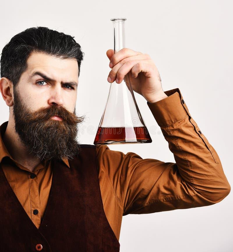 Le barman dans le gilet de vintage juge écossais ou eau-de-vie fine image stock