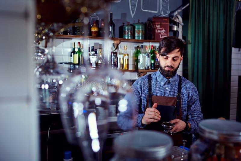 Le barman de barman fait le café à la barre dans le restaurant photos stock