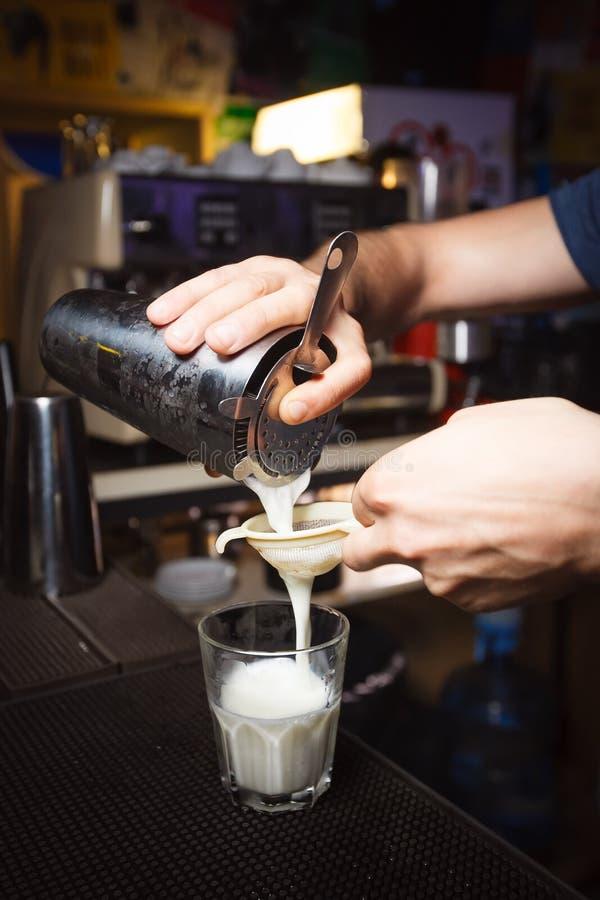Le barman de cocktail prépare un nouveau cocktail images stock
