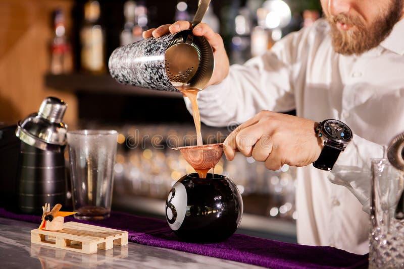 Le barman de barman verse une boisson photos libres de droits