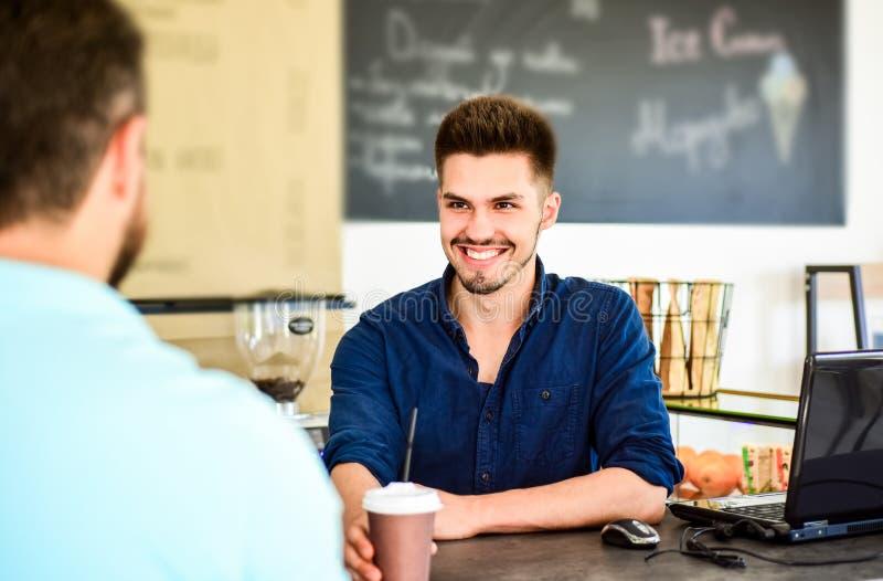 Le barman donne la tasse au visiteur de client L'homme reçoivent la boisson au compteur de barre Cappuccino ou cacao avec la pail photo libre de droits