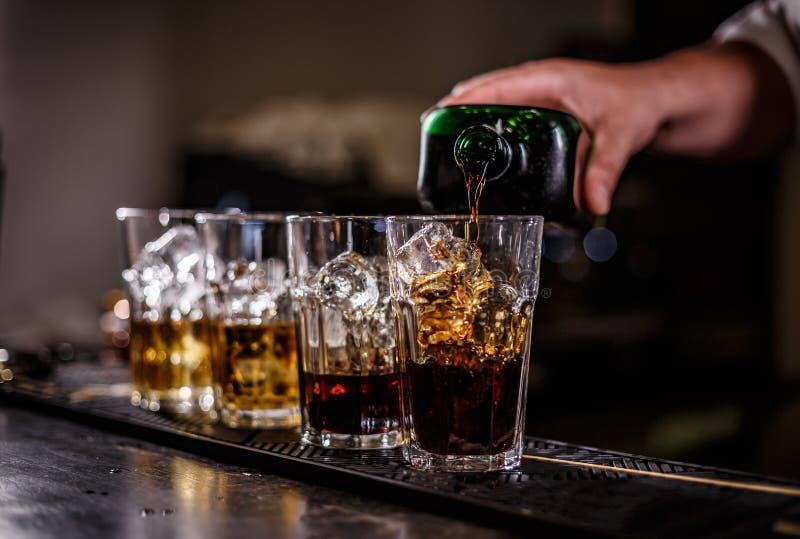 Le barman effectue le cocktail photos stock