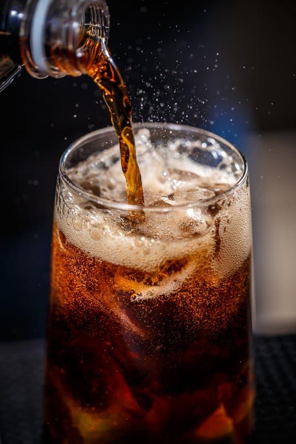 Le barman effectue le cocktail photo libre de droits