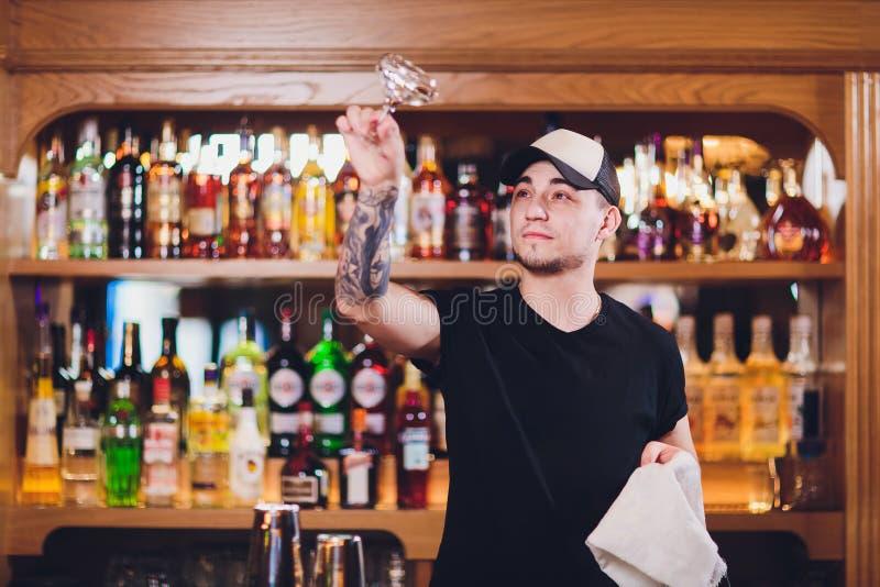 Le barman expert fait le cocktail à la barre images libres de droits