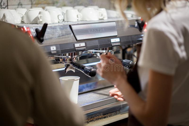 Le barman fait le caf? dans la machine de caf? photographie stock
