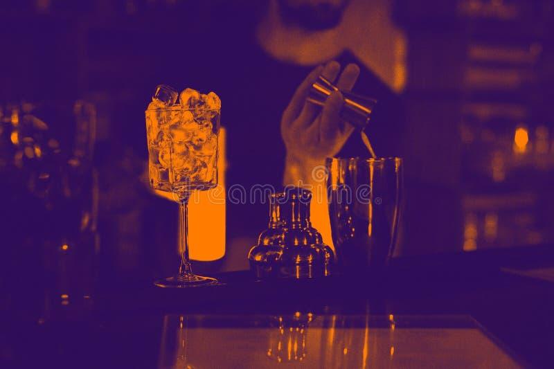 Le barman fait le cocktail sur la partie dans la boîte de nuit effet de duotone image libre de droits