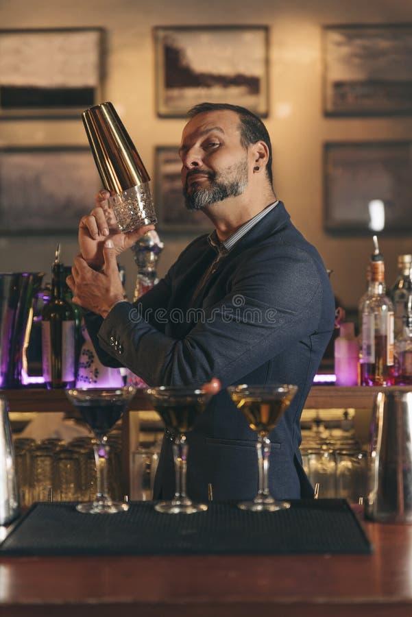 Le barman fait le cocktail à la boîte de nuit photographie stock libre de droits