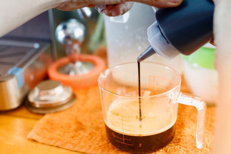 Le barman fait le plan rapproché de latte photo libre de droits