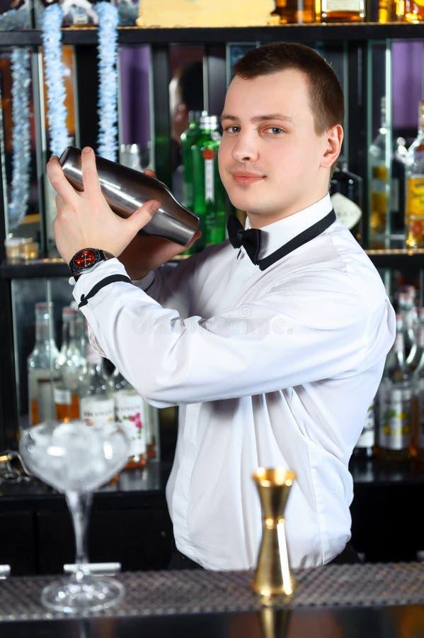 Le barman fait les cocktails savoureux image stock