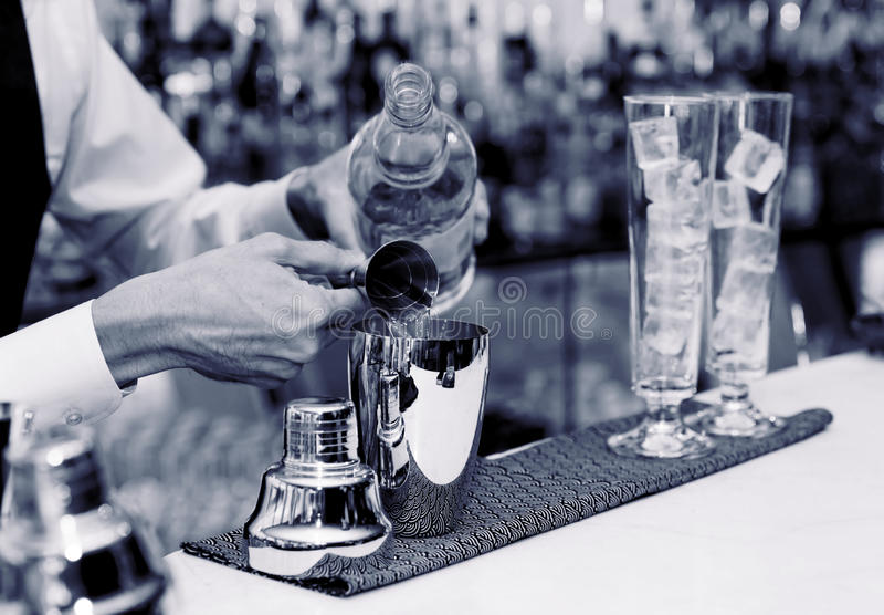 Le barman fait un cocktail photo stock