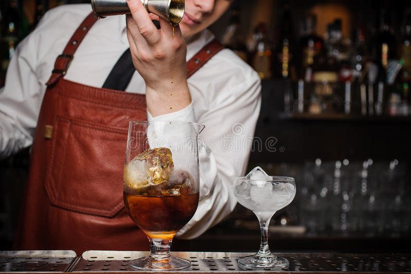 Le barman fait un cocktail photos stock
