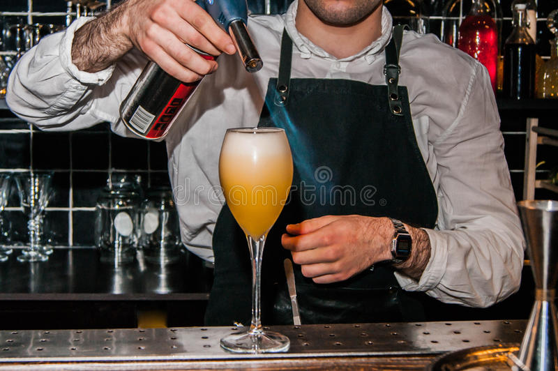Le barman fait un cocktail photo libre de droits