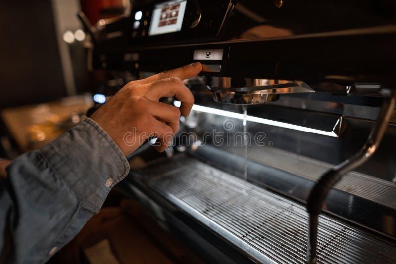 Le barman a installé une machine moderne de café Procédé masculin de début de main de machine de café Pause-café dans un café photo stock