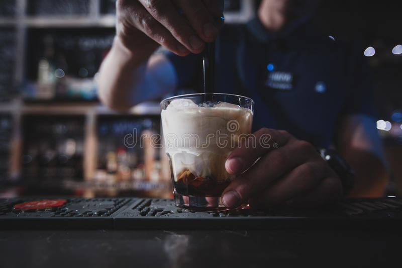 Download Le Barman Mélange Un Russe Ou Un Lebowski Blanc De Cocktail Image stock - Image du froid, alcoolique: 77157125