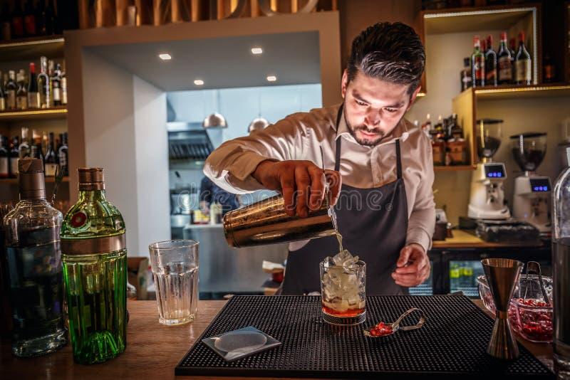Le barman masculin fait le cocktail images libres de droits