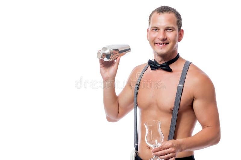 Le barman nu sexy prépare un cocktail photo stock