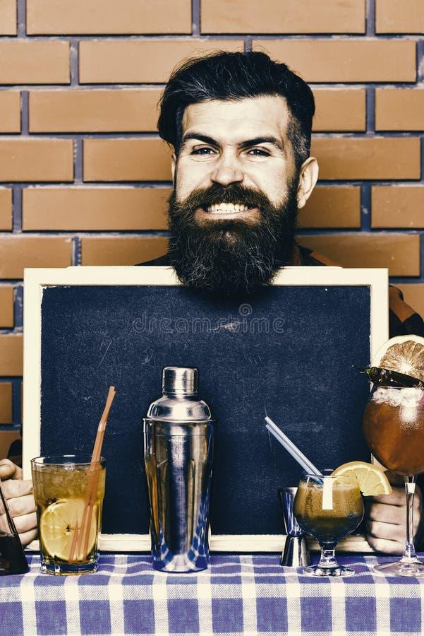 Le barman, le barman ou le hippie tient la publicité de barre Concept de menu de barre image stock