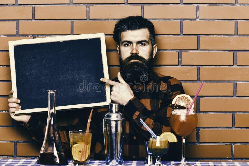 Le barman, le barman ou le hippie tient la publicité de barre Concept de menu de barre Le barman avec la barbe et le visage série images stock