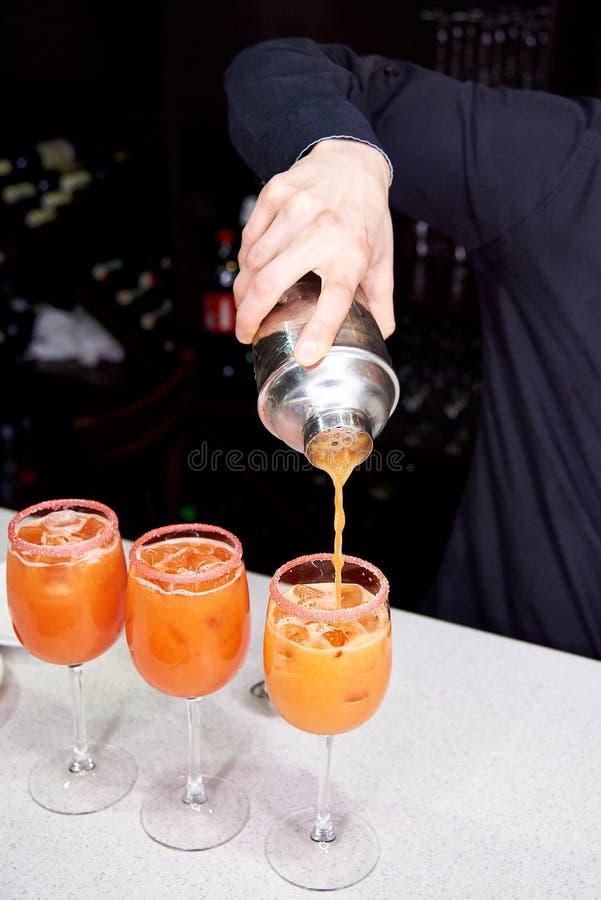 Le barman prépare les cocktails oranges photo libre de droits