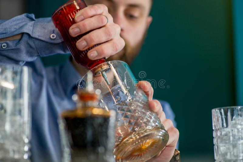Le barman prépare un cocktail image libre de droits