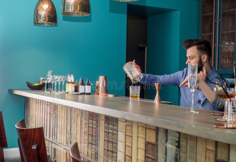 Le barman prépare un cocktail photo libre de droits