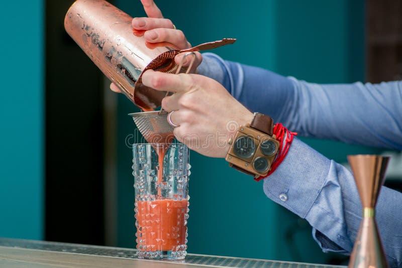 Le barman prépare un cocktail images libres de droits