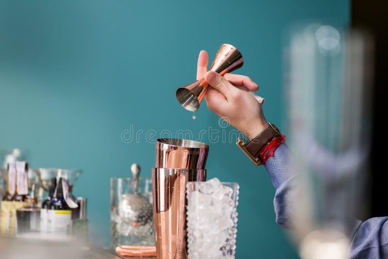 Le barman prépare un cocktail photographie stock