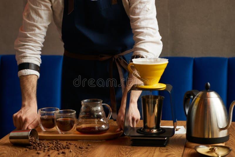 Le barman professionnel de barman ou de café prépare le café photographie stock